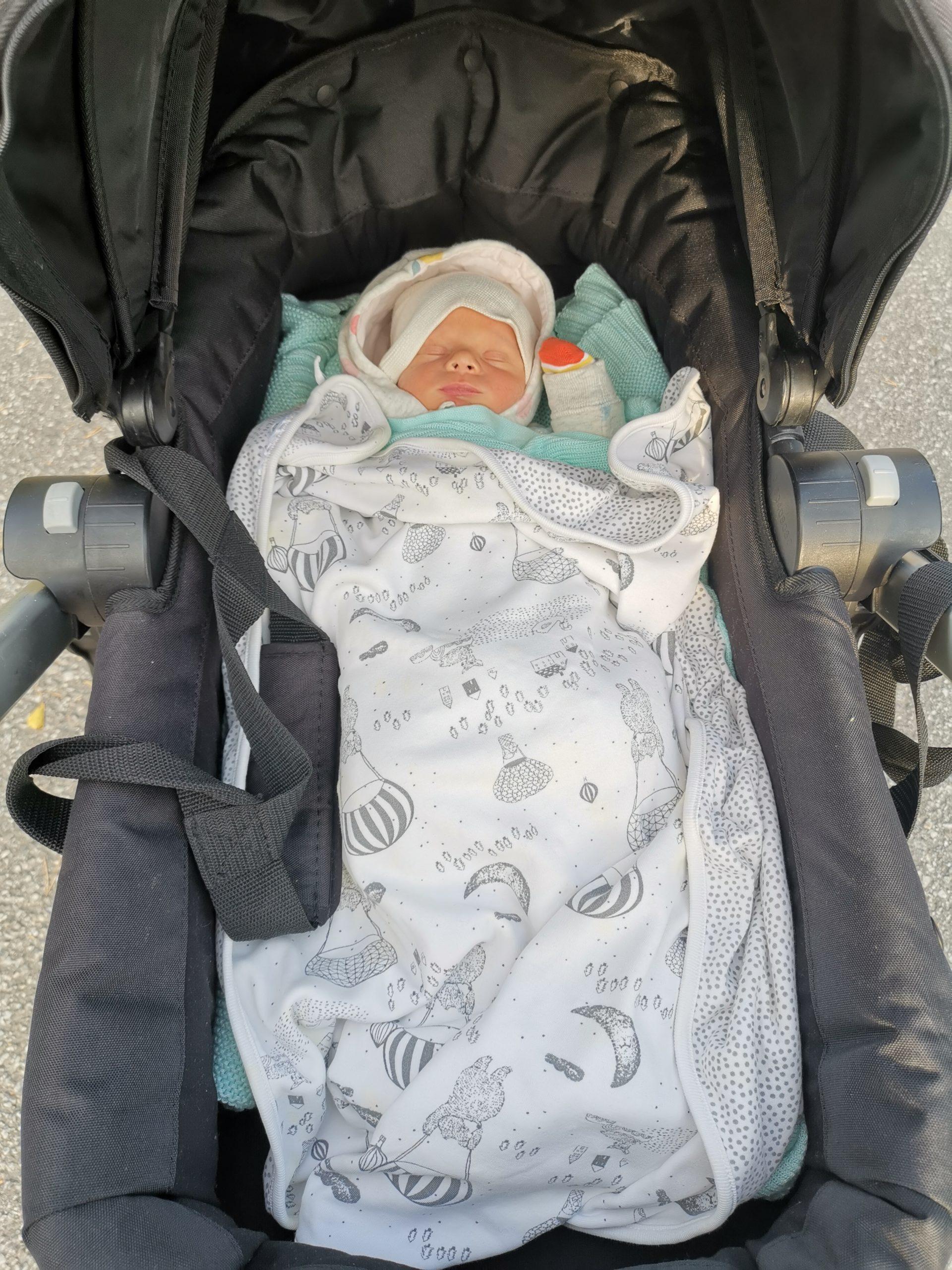 vauva vaunuissa