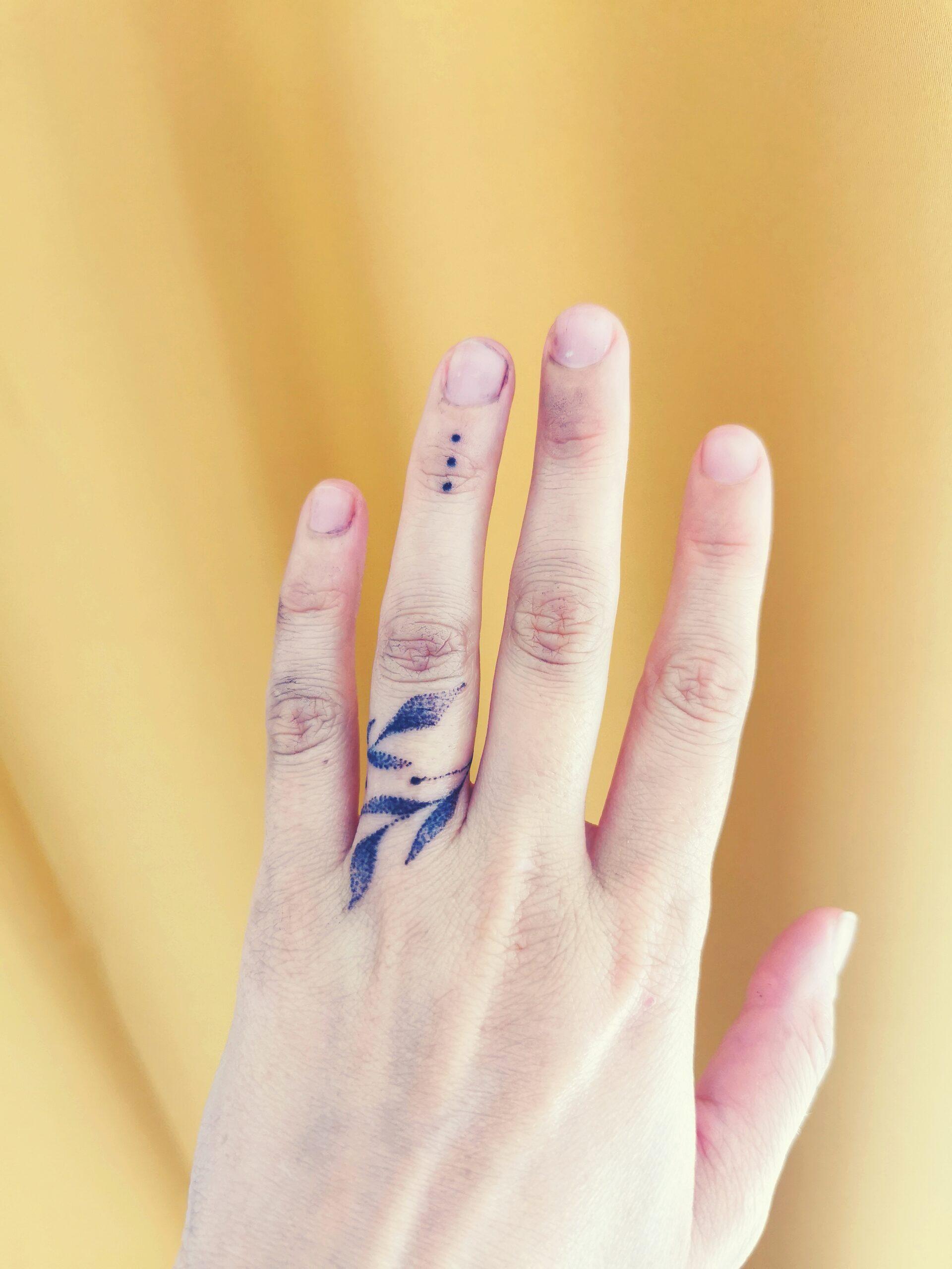tatuoitu vihkisormus